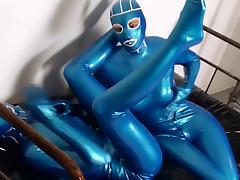 Eccentric hotty in latex fingers slit trough rub-down the slit